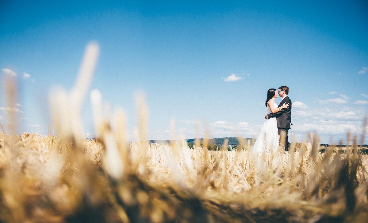 Hochzeitsfoto - Brautpaar im Feld