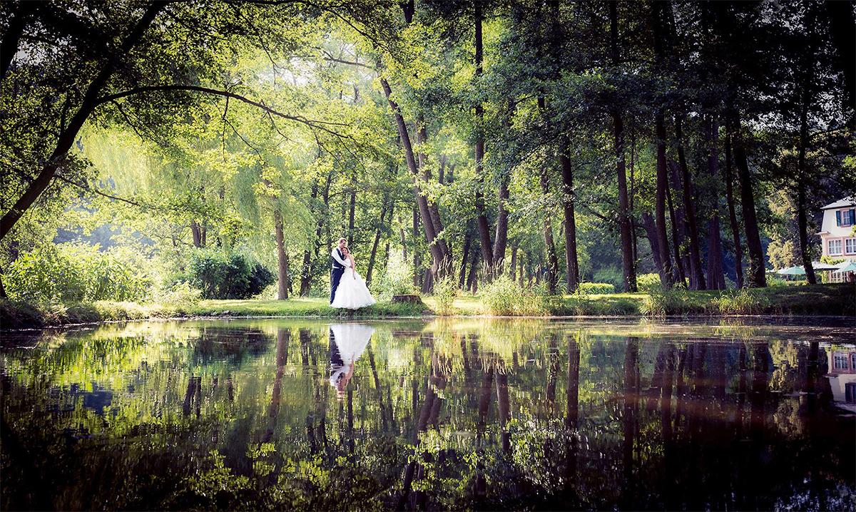 Brautpaar beim Fotoshooting am See Luxembourg mit Spiegelung im Wasser