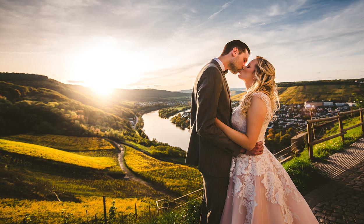 Hochzeitsfoto mit einem Brautpaar im Abendlicht hoch auf der Burg Landshut in Bernkastel-Kues an der Mosel