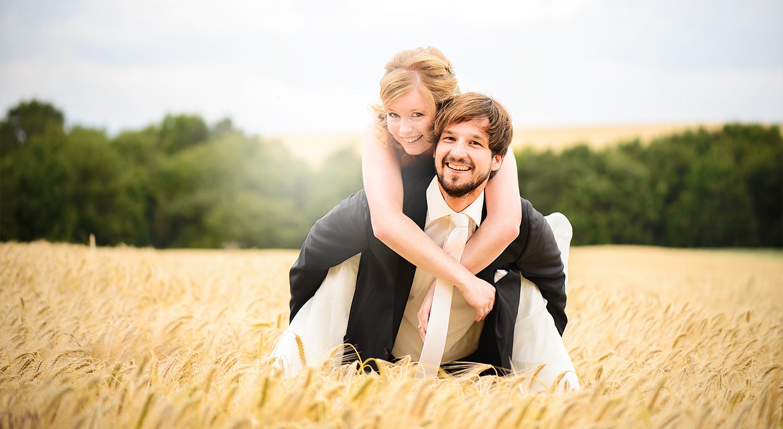 Hochzeitspaar im Kornfeld - Hochzeitsfotograf Trier