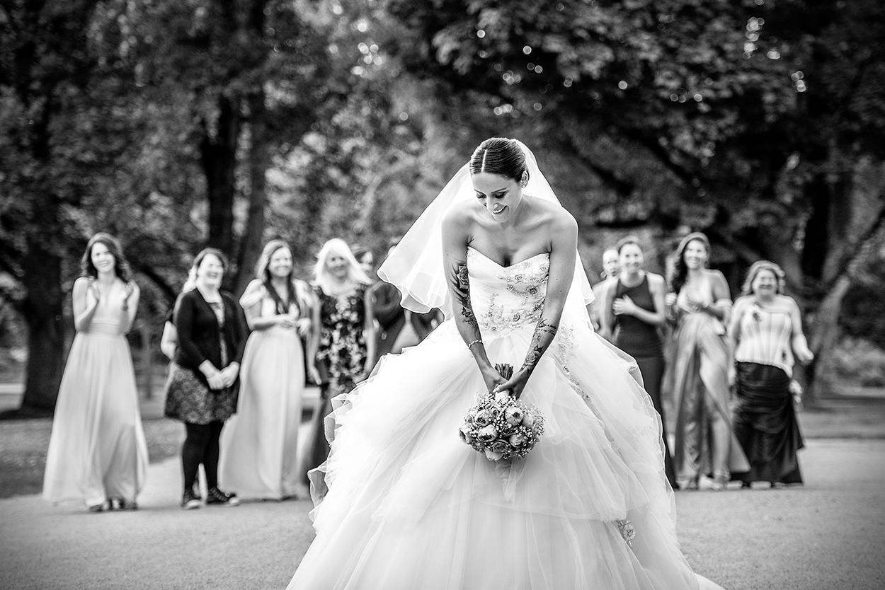 Brautstrauß werfen auf einer Hochzeit im Nells Park in Trier