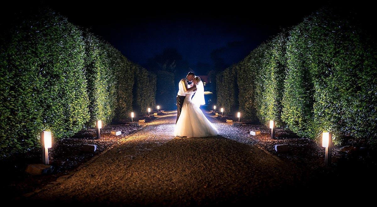 Hochzeitsfoto im Schloss Niederweis vom Brautpaar bei Nacht im Park