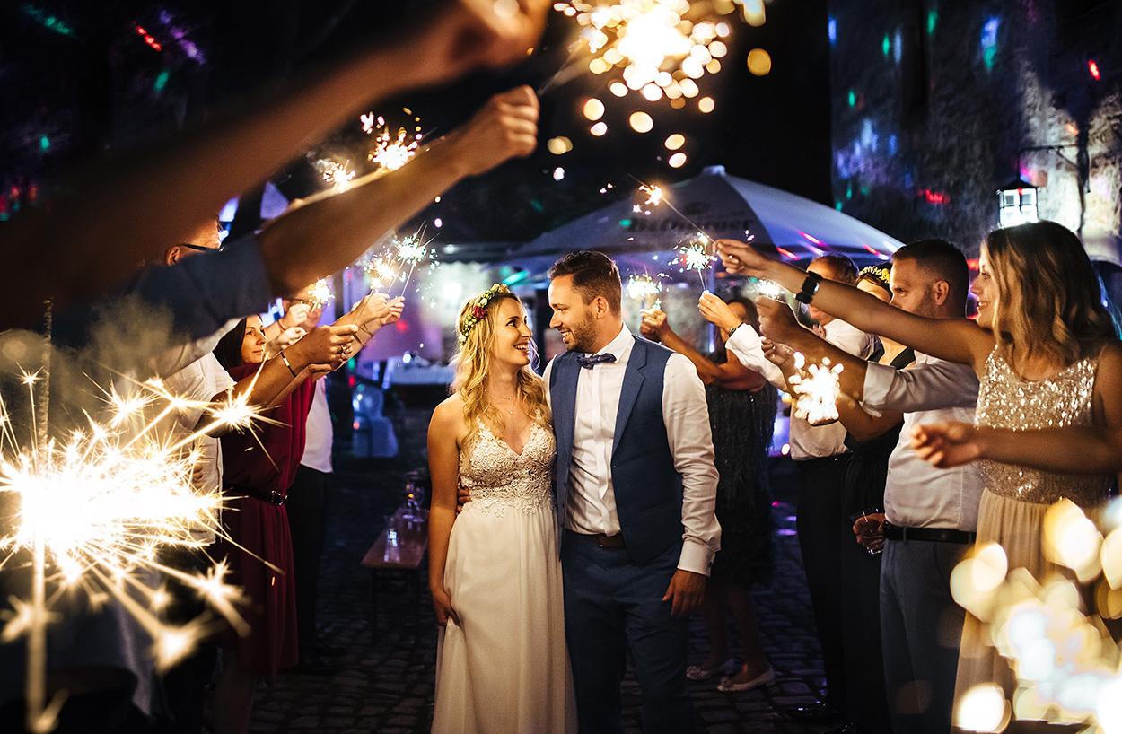 Gruppenbild mit Brautpaar in Trier mit Wunderkerzen bei Nacht