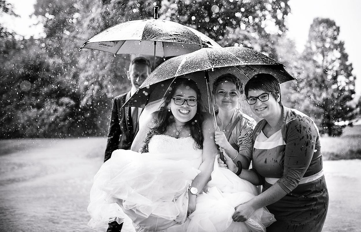 Wunderschönes Hochzeitfoto trotz Regen! Im Nells Park Hotel in Trier