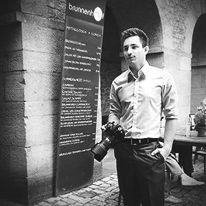 Fotograf Dennis Markwart im Brunnenhof in Trier