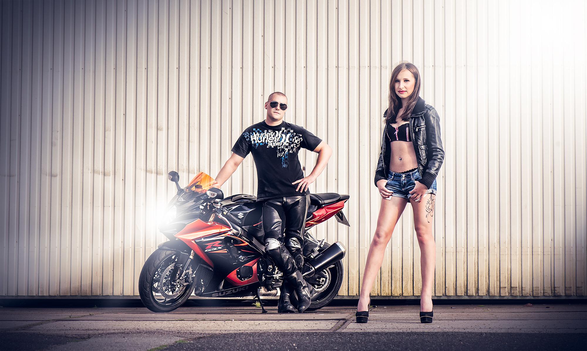 Paar Fotoshooting mit Motorrad
