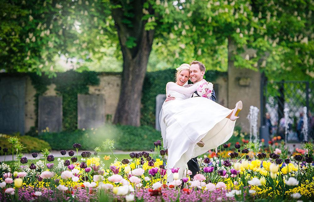 Brautpaar im Blumenmeer