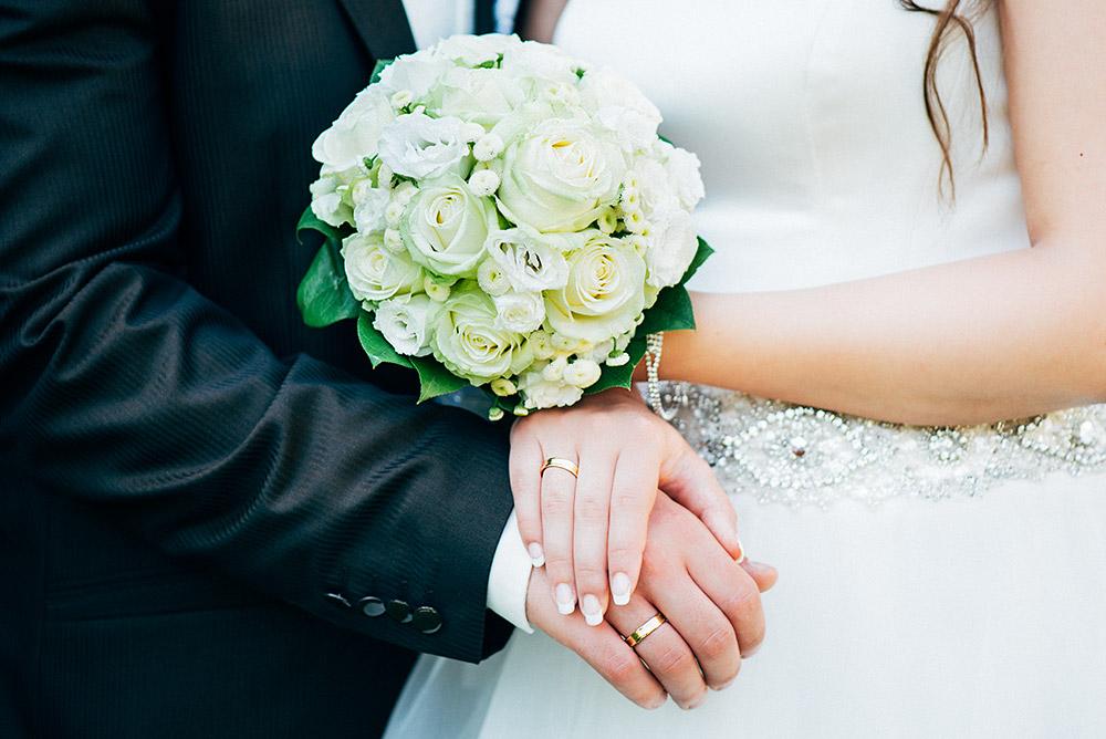 Detailfoto vom Brautstrauss und den Ringen