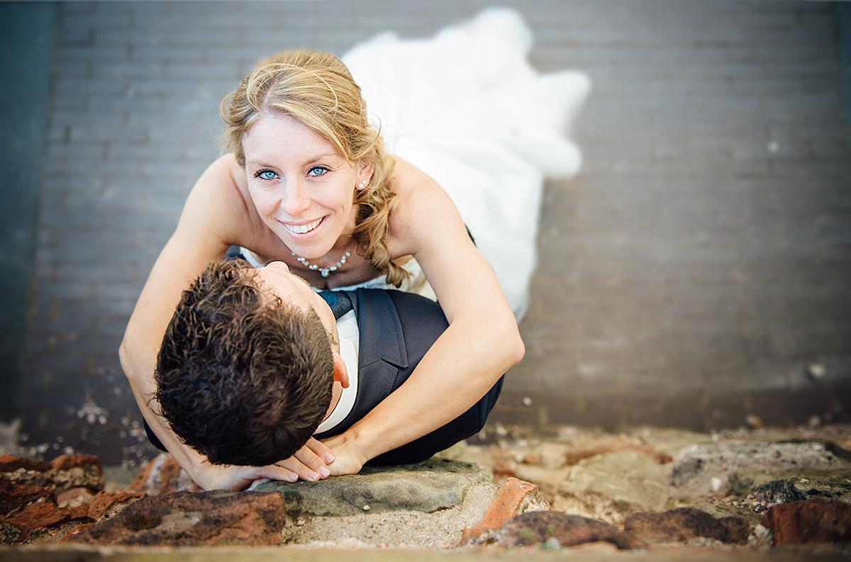 Braut an einer Mauer, Blick nach Oben