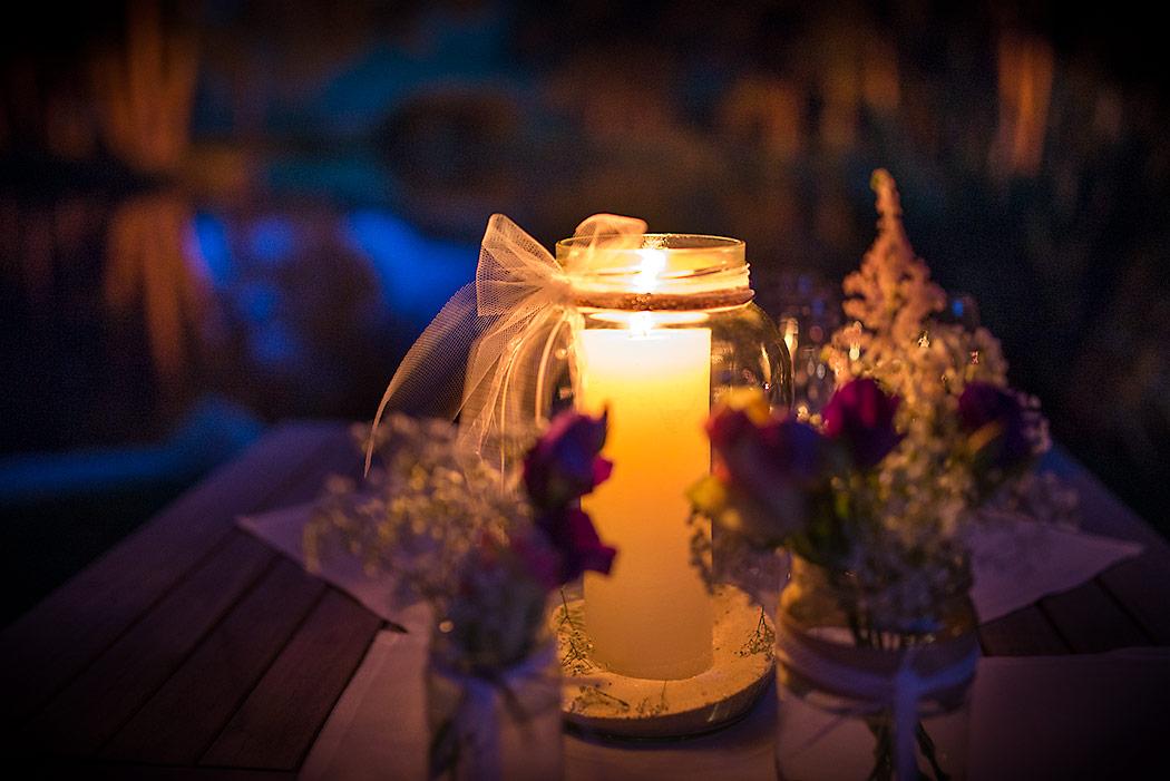 Hochzeits-Tischdekoration: Kerzen im Glas