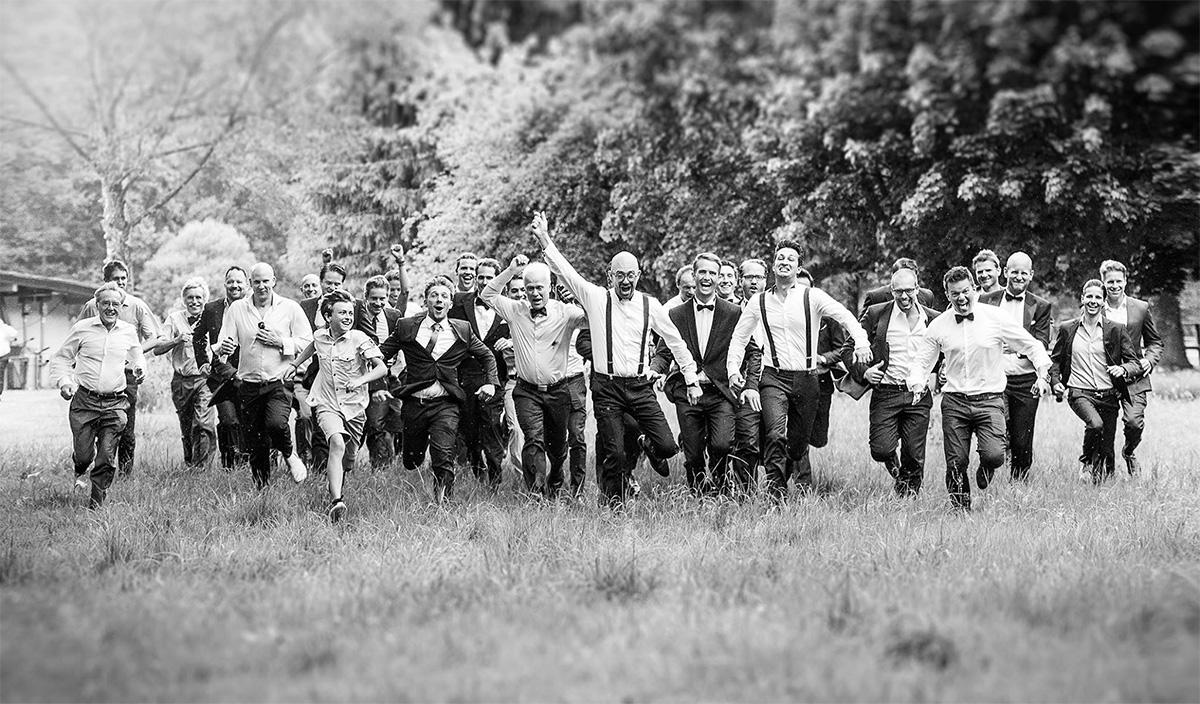 Verrücktes Männner-Gruppenfoto auf einer Hochzeit