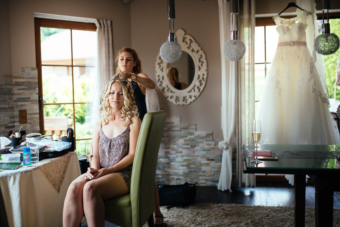 Getting Ready (Hochzeitsreportage) - Das Brautkleid  im Hintergrund am Fenster