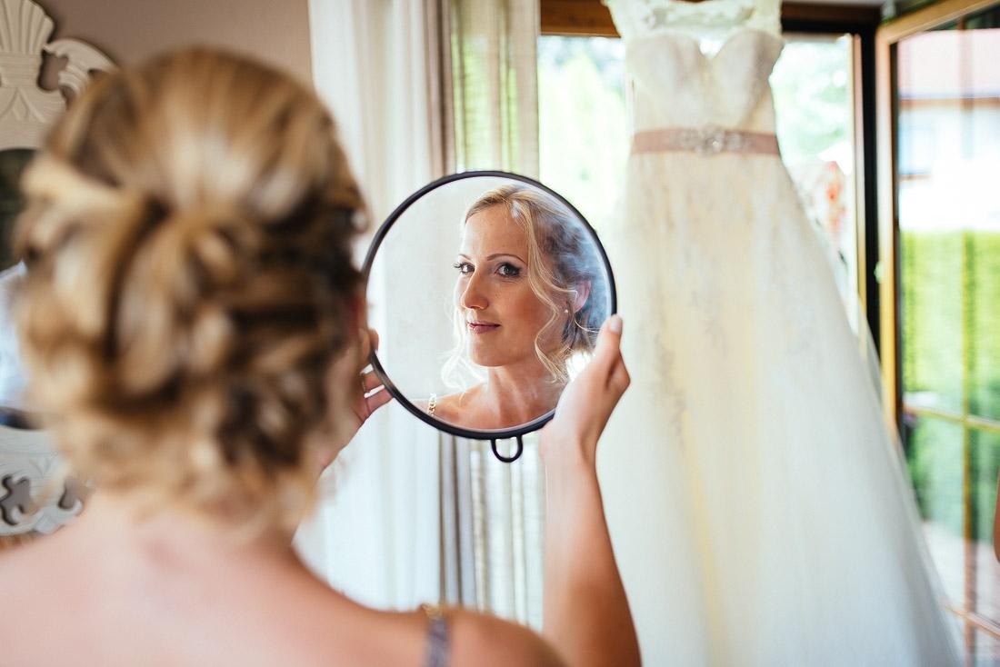 Getting Ready mit Braut und Hochzeitskleid mit Spiegel