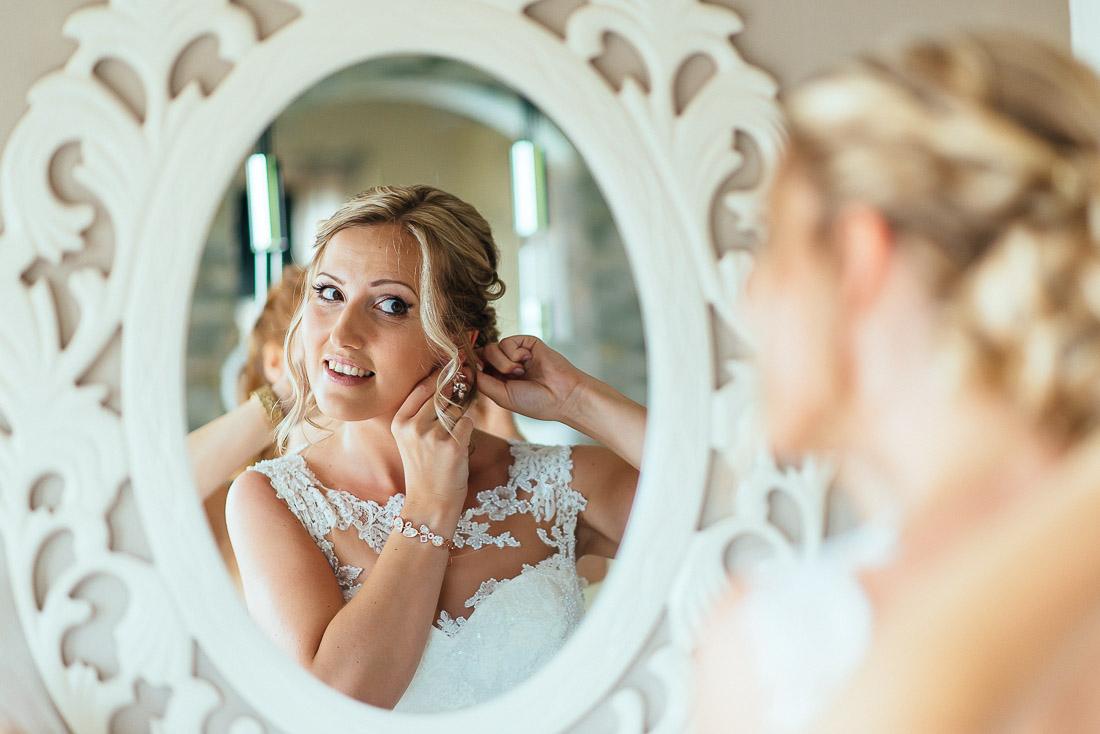 Vor dem Spiegel beim Getting Ready (Hochzeitsreportage)