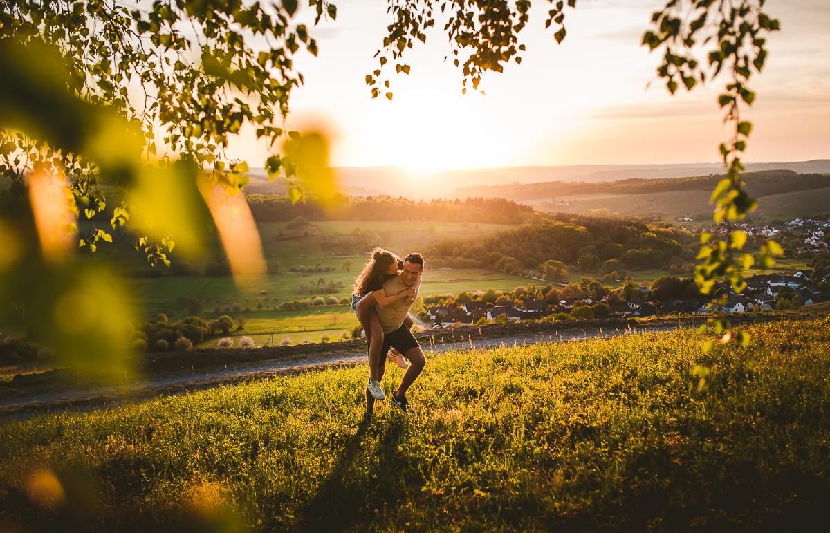 Paarfotos beim Pärchenshooting in Trier auf einer Wiese im Sonnenuntergang